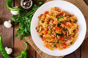 Fusilli mit Gemüse mit Tomatensauce