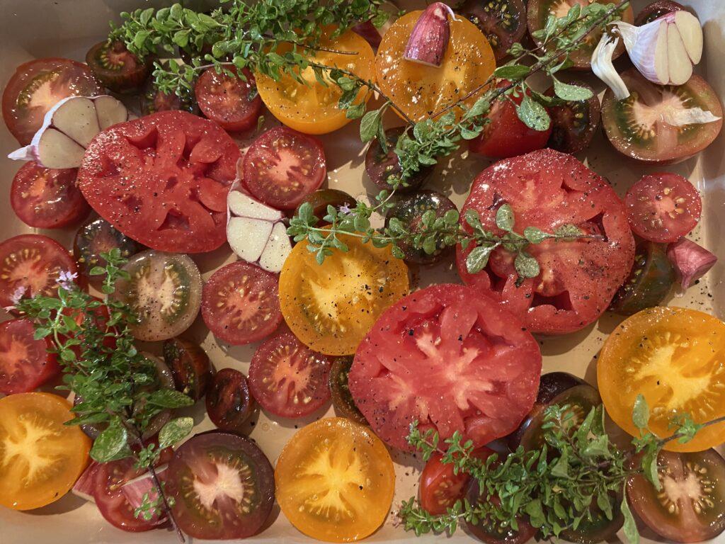 Halbierte Tomaten mit Kräutern