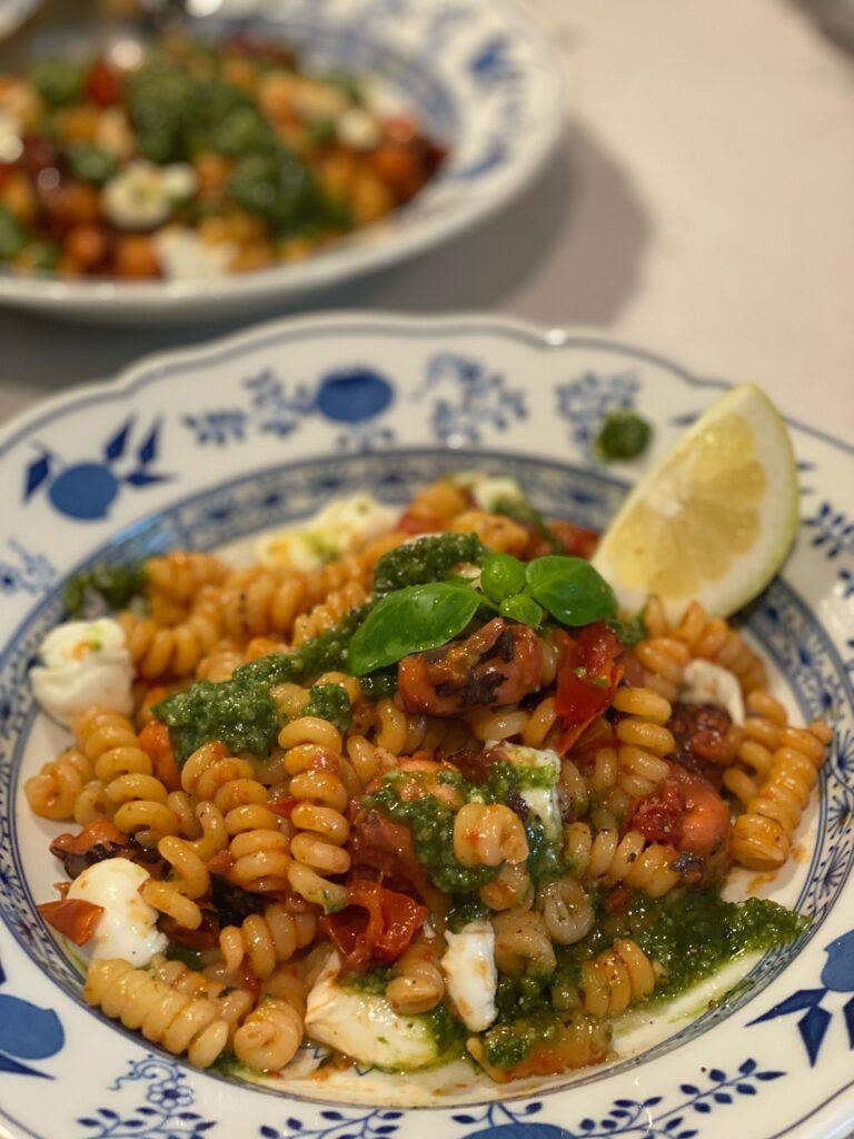 Fusilli mit Tintenfisch-Tomatenragout und Pesto
