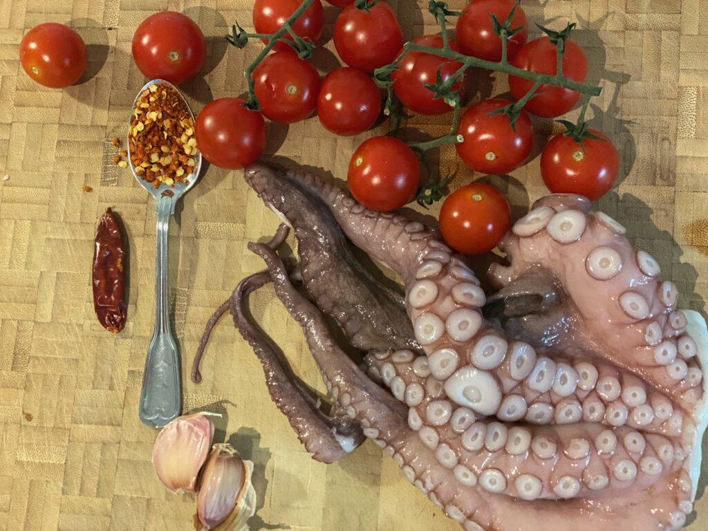 Halber Oktopus und Cocktailtomaten