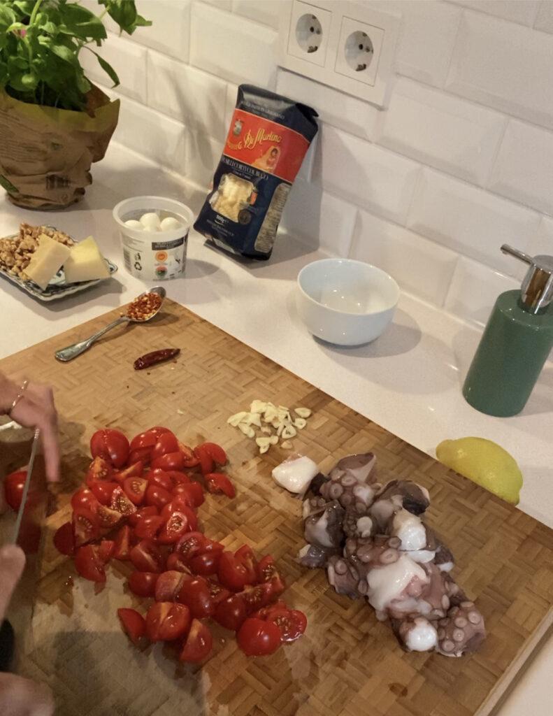 klein geschnittenen Cocktailtomaten und Oktopusstücke