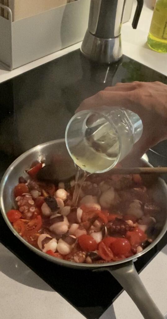 Tintenfischragout und Weißwein
