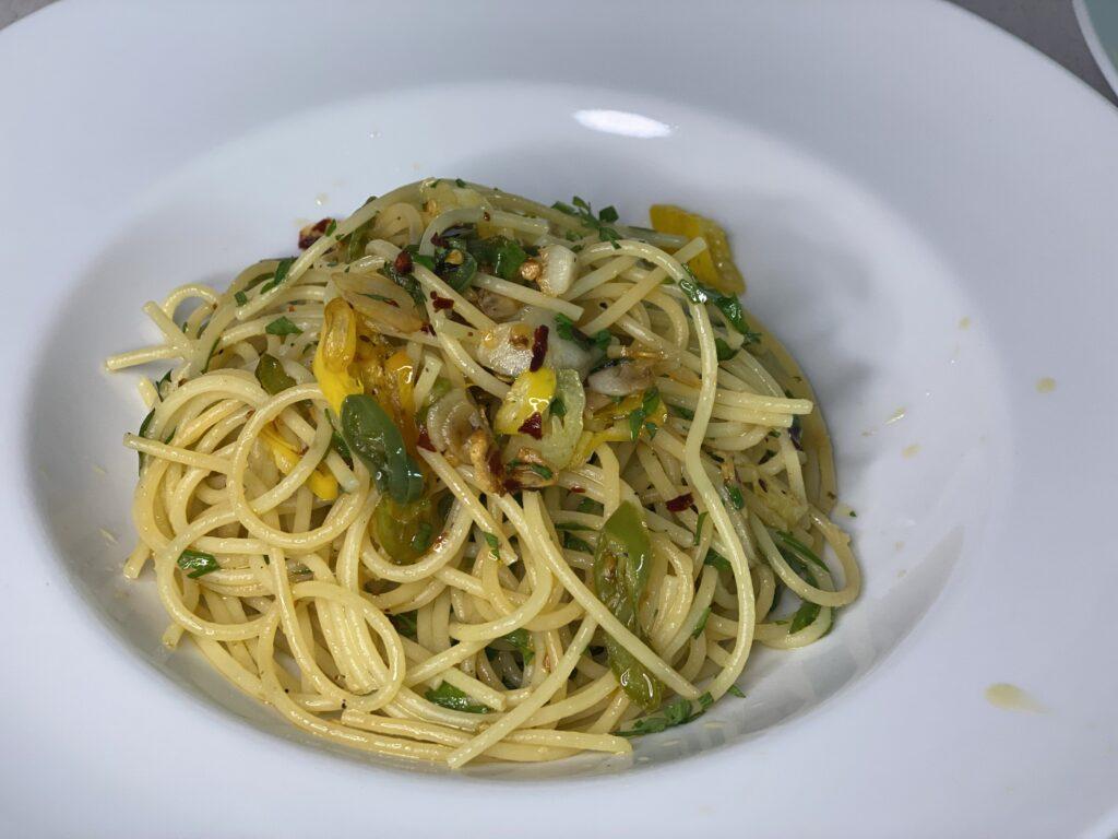 Teller mit Spaghetti aglio e olio