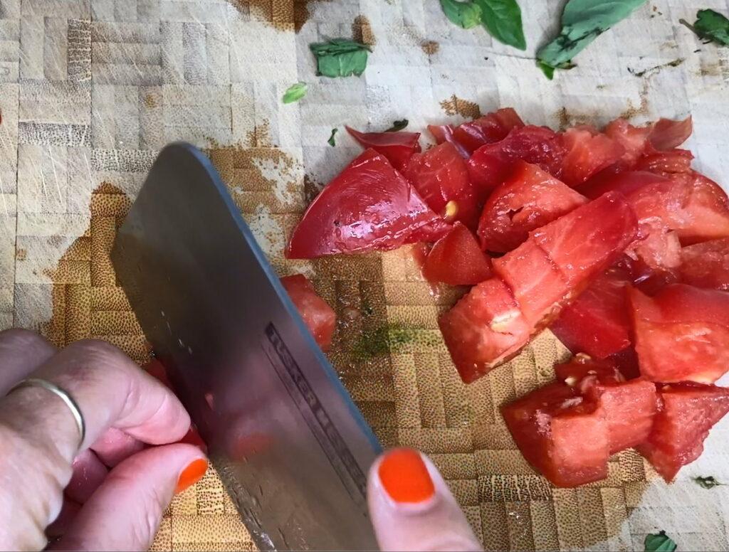 kleingeschnittene Tomaten auf Brett