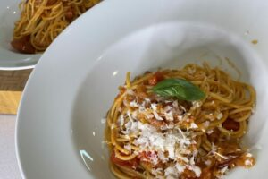 Spaghetti mit Schalotten Tomatensauce