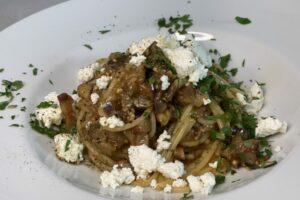 Spaghetti mit Auberginensauce und Ricotta